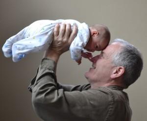 Sokszor alábecsüljük a férficsaládtagok szerepét a gyermekágyas időszakban. Sok apa és nagyapa, vagy nagybácsi épp olyan jó érzékkel tud kapcsolódni a pici babához, mint egy női hozzátartozó. Az anyának és a babának is javára válik, ha a hétköznapjaikat olyan családtagok, vagy ismerősök gazdagítják, akik tisztelettel és szeretettel fordulnak feléjük