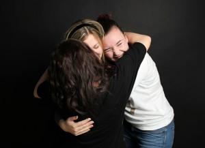 Az anyá válás nemcsak a csládi rendszert, a baráti kapcsolatokat is átalakítja. Engedd el azokat az embereket, akik nem tudnak mit kezdeni az új élethelyzeteddel, hogy  legyen helye az új életszakaszodban megerősítő kapcsolatoknak.  Egy feltétel nélküli elfogadáson alapuló női  szövetség hatalmas erőforrás lehet!