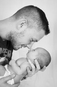 A szex és a szülés közötti párhuzamok egyike, hogy a (vélt) kudarc kihat nemi kompetenciaérzetünkre. Ha apaként gondoskodsz a gyermekedről ügyelj a gesztusaidra, hogy még véletlenül se érezze úgy a párod, hogy nem tartod őt elég jó édesanyának. Abba viszont ne törődj bele, ha a szülési traumáját kompenzálandó napokig nem engedi hogy kézbevedd vagy ellásd a kisbabát. Kedvesen, de asszertívan jelezd felé, hogy neked is  szükséged van a személyes kapcsolódásra a gyereketekkel.  Kerüld az összehasonlítgatásokat (pl. hogy melyikőtöknél nyugszik meg könnyebben a baba, vagy hogy a kolleginád felesége mennyivel volt kisimultabb  és nyugodtabb annak idején). Ne bíráld a párod  gondoskodási szokásait, döntéseit akkor sem, ha nem mindennel értesz maradéktalanul egyet. Kérdezd meg minden nap, mi esne jól neki, mi  jelentene számára támogatást.